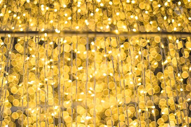 Luz en el árbol de navidad con bokeh para navidad y año nuevo