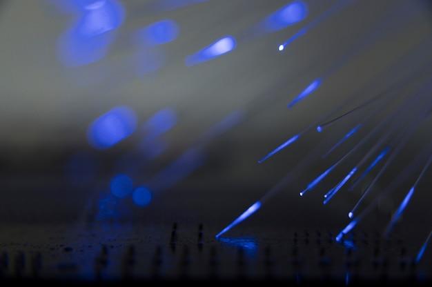 Luz azul que pasa a través de fibra óptica