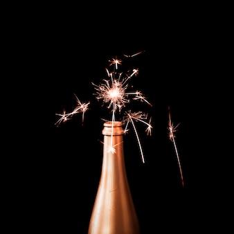 Luz de bengala ardiente en botella de champagne