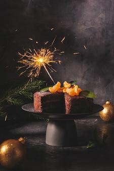 Luz de bengala ardiente en un pastel de chocolate