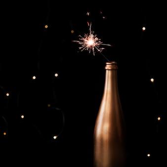 Luz de bengala encendida en botella