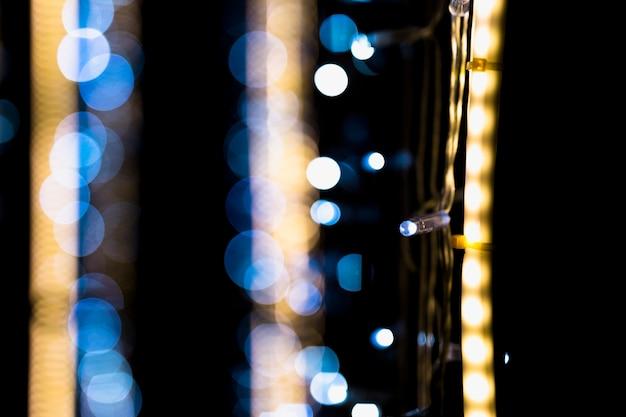 Luz de bokeh desenfocado sobre fondo oscuro