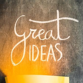 La luz cae sobre el gran texto de ideas en la pizarra
