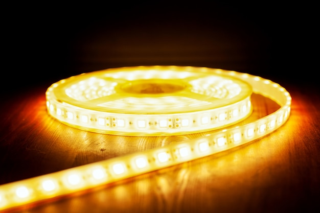 Luz cálida de cinta de hielo led, primer plano de una bobina de luz de diodo