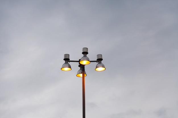 Luz de calle y cielo, calle de lámpara moderna