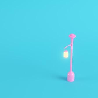 Luz de calle nueva rosa sobre fondo azul brillante