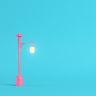 Luz de calle rosa sobre fondo azul brillante