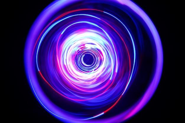 La luz de color se mueve alrededor en tomas de larga exposición en la oscuridad.