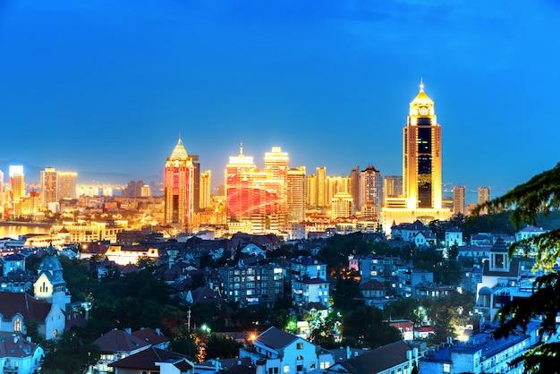 Luz de la cumbre de la bahía de qingdao en qingdao, provincia de shandong