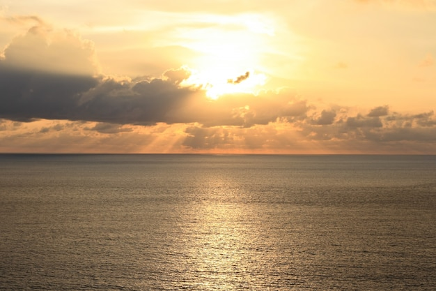 Luz dorada del atardecer en la playa.