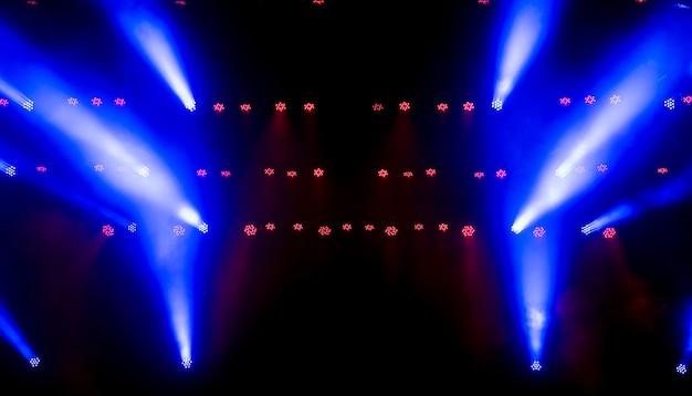 Luz de escenario con focos de colores y humo.