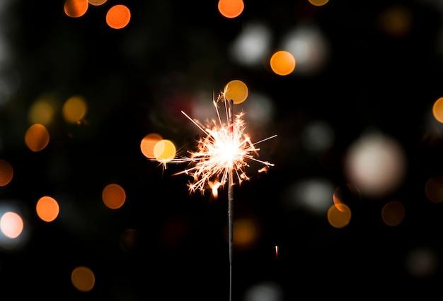 Luz espumosa de bengala en fiesta de año nuevo