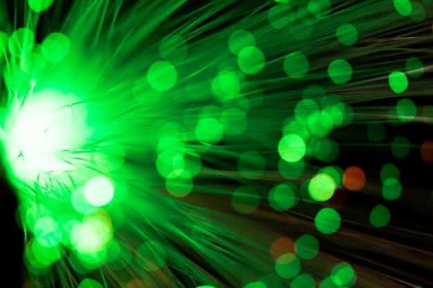 Luz de fibra óptica verde fuera de foco