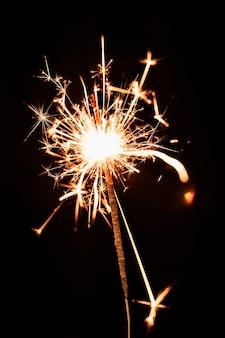 Luz de fuegos artificiales dorados de ángulo bajo en el cielo
