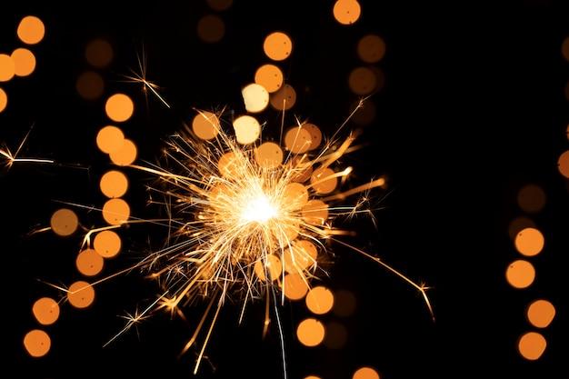 Luz de fuegos artificiales dorados de ángulo bajo
