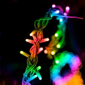 Luz de hadas colorida y anillo bokeh contra fondo negro