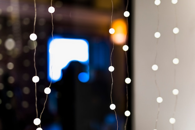 Luz de hadas iluminada desenfocada en la habitación.