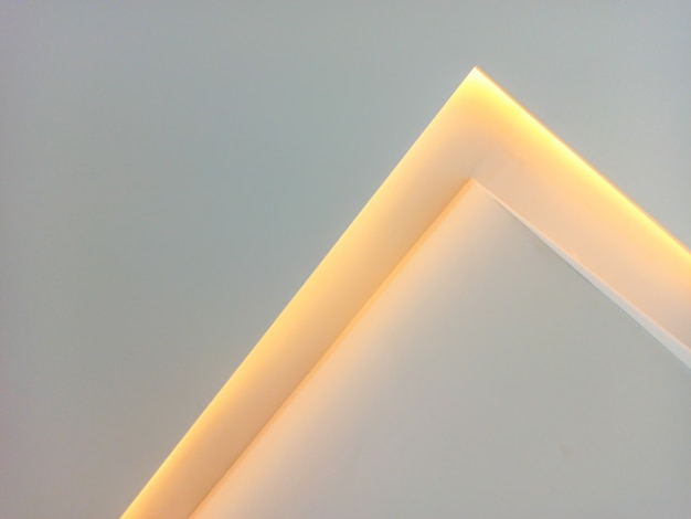 Luz led amarilla en pared blanca