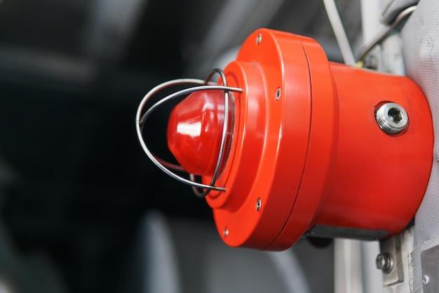 Luz roja de advertencia de una baliza de emergencia en una instalación industrial.