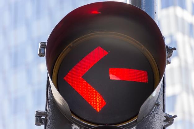 Luz roja en semáforos al aire libre