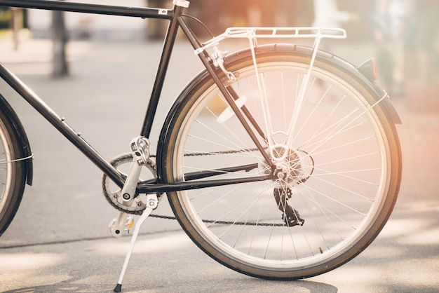 La luz del sol cae sobre la bicicleta estacionada en la carretera