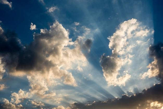 La luz del sol con el cielo azul nublado escena de beauytiful