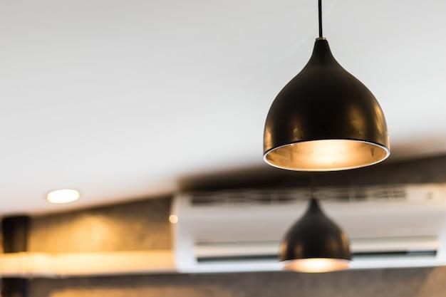 Luz de techo o lámpara en una cafetería, diseño de decoración del hogar