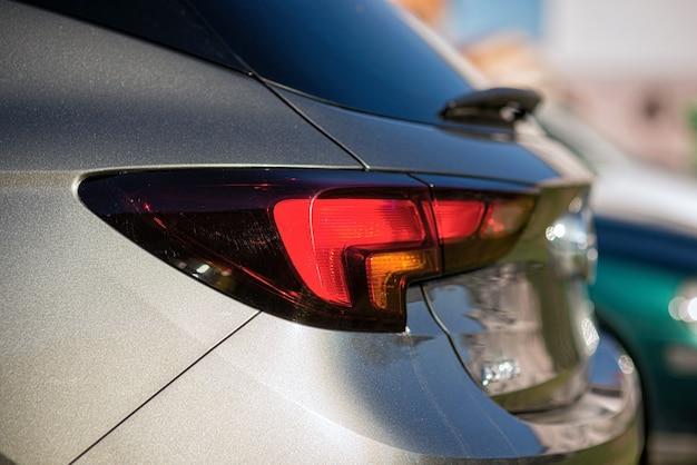 Luz trasera de un automóvil estacionado al costado de la calle
