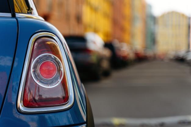 Luz trasera del coche. luz trasera de un coche en la ciudad.