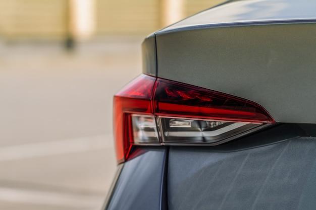Luz trasera moderna de un coche. luz de freno y flecha de suv grande. vista cercana de la luz trasera del coche. luz de la cola.