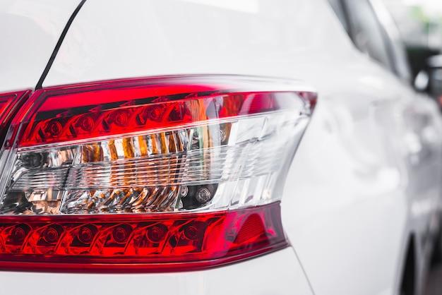 Luz trasera moderna en nuevo automóvil blanco.