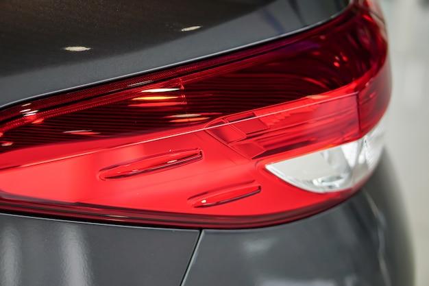 Luz trasera o luz trasera de nuevo coche de tecnología moderna en sala de exposición