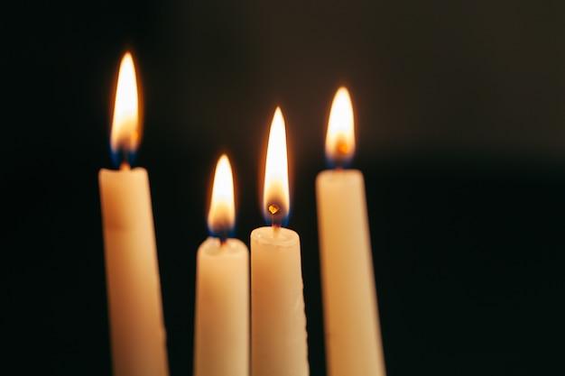 La luz de la vela ilumina la oscuridad.