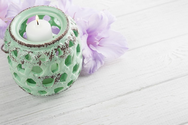 Luz de vela verde menta y flores moradas