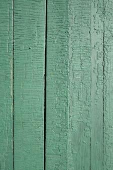Luz verde desaturada, color menta viejo estresado, resistido, agrietado rústico pintado tablones de madera exterior textura de fondo liso. color de tendencia del año 2020.
