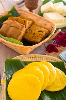 Ma lai gou-malasia tradicional pastel al vapor. torta del chino del vapor en la placa de bambú.