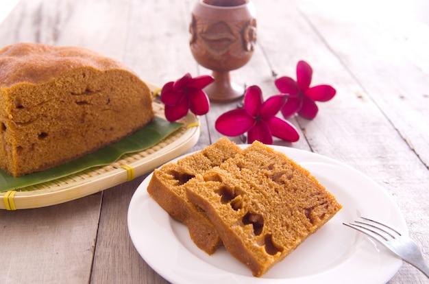 Ma lai gou-traditional malasia steamed cake en placa y hoja de plátano.