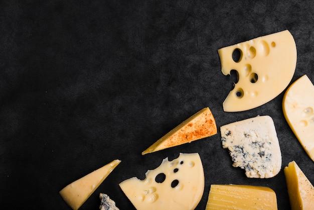 Maasdam; queso cheddar; gouda y queso azul sobre fondo negro