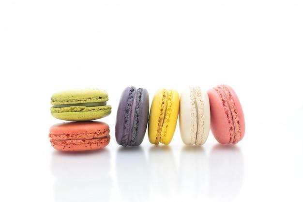 Macaron francés colorido en el fondo blanco