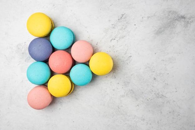 Macarons de almendras de colores sobre fondo blanco. concepto de billar.