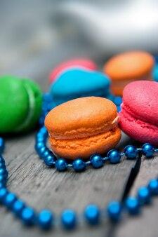 Macarons de colores en la mesa de madera.