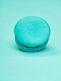 Macarons de colores sobre un fondo azul.