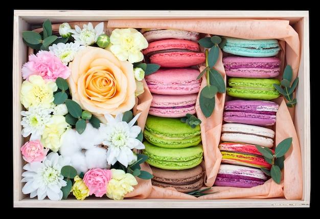 Macarons y flores en una caja