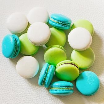 Macarons franceses coloridos aislados
