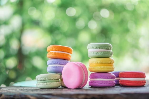 Macarons franceses coloridos en mesa de madera