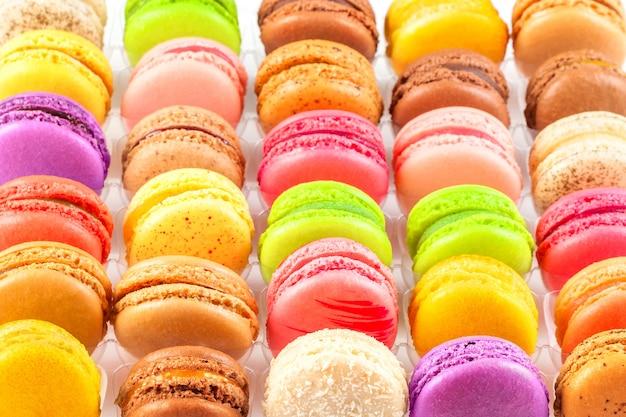 Macarons franceses coloridos tradicionales en una caja