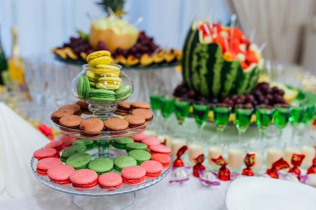 Macarons, fruta y alcohol buffet en el restaurante.