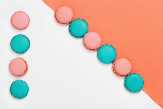 Los macarons multicolores se cierran para arriba.