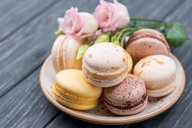 Macarons en plato con rosas