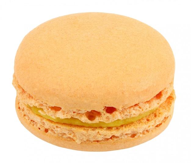 Macarons, producto dulce de confitería, una naranja aislada sobre fondo blanco con trazado de recorte. profundidad de campo completa.